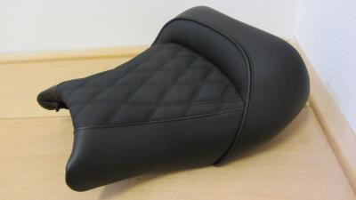 GSX dragseat buddy is voorzien van rugsteuntje en antislip skai met diamondstitch