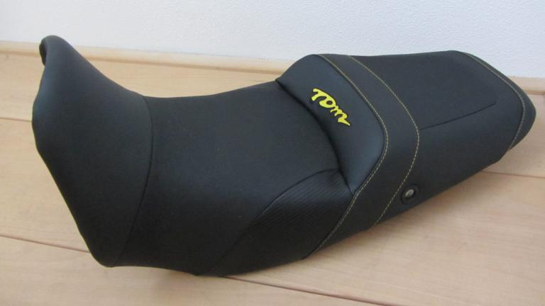 comfort zadel Yamaha TDM 850 voorzien van ant slip kunstleer en logo